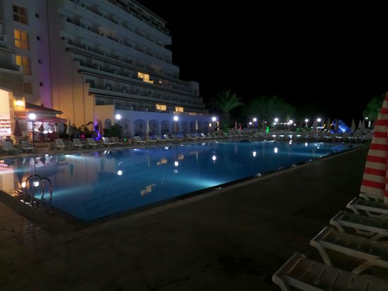 Batihan Beach Resort & Spa: Pool in the evening