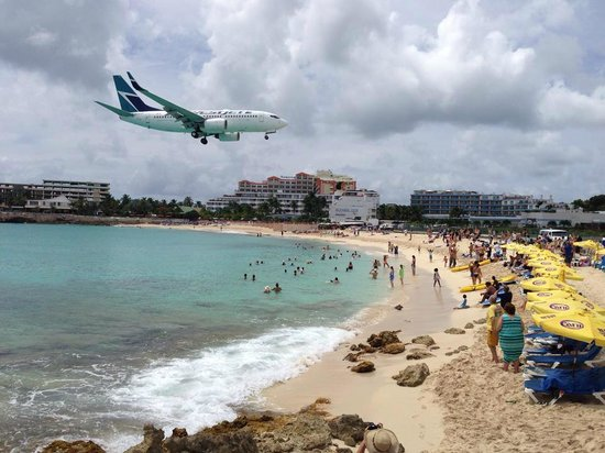 Playa Maho: Plane lands at St. Maarten's airport.