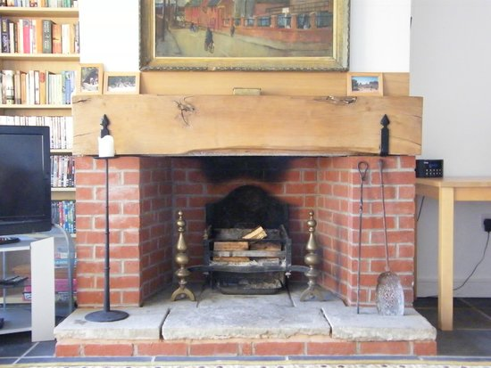 Green Whale Tump B & B: wonderful open fireplace in the lounge