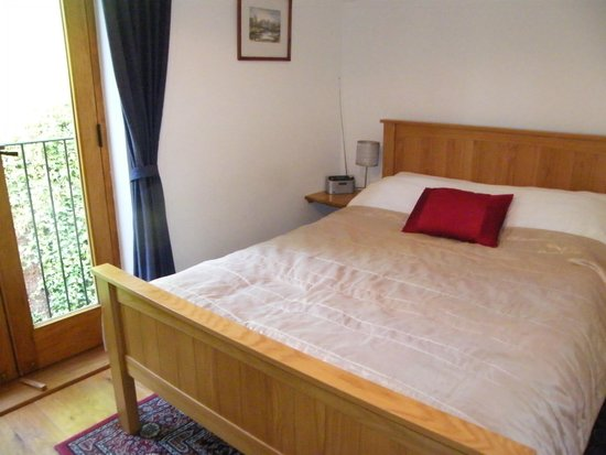 Green Whale Tump B & B: A large comfortable double bed