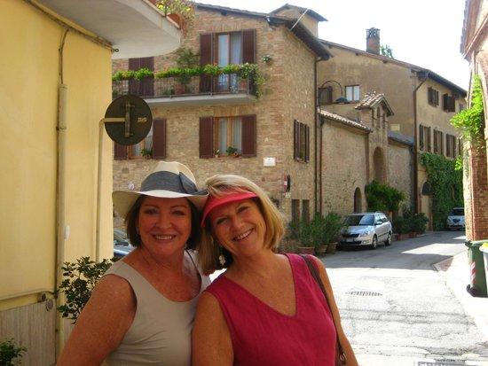Le Tre Vaselle Resort & Spa: ......street walking in Torgiano....