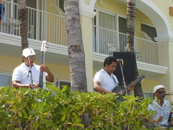 Dreams Tulum Resort & Spa: Band playing by the pool in the afternoon