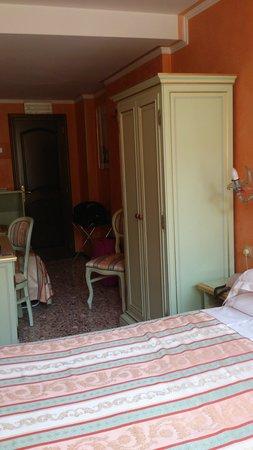 Hotel Firenze: pasillo hacia el baño
