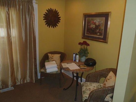 Inn on Crescent Lake : Garden room sitting area