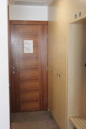 Hotel Centar : Entrance and closet area