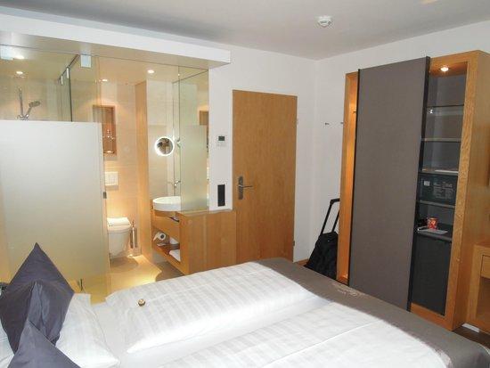 Hotel Maximilian: Offenes Bad Zimmer 406