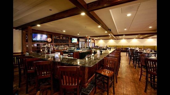 Colonial Hotel: Colonial Grille Bar
