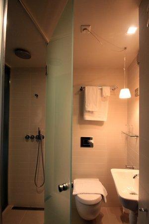 Hotel Brosundet: Badkamer met regen douche