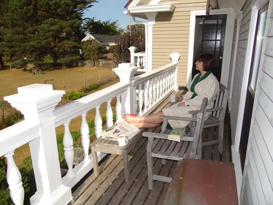 Glendeven Inn Mendocino: Drinking coffee on the Bayview room's balcony