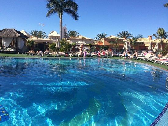 Green Garden Resort & Suites: Pool area - always immaculate