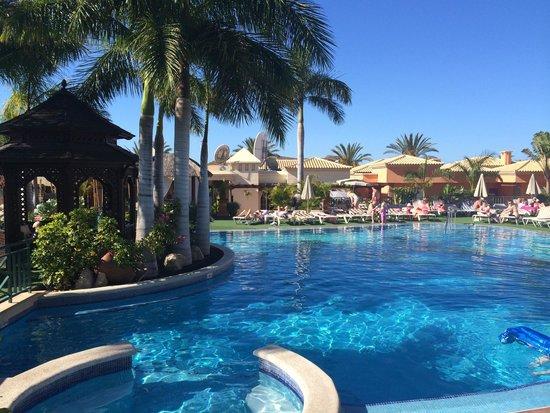Green Garden Resort & Suites: Pool & jacuzzi