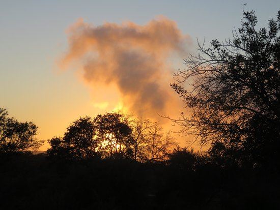 Ilala Lodge: Sunrise over the falls with the mist rising.