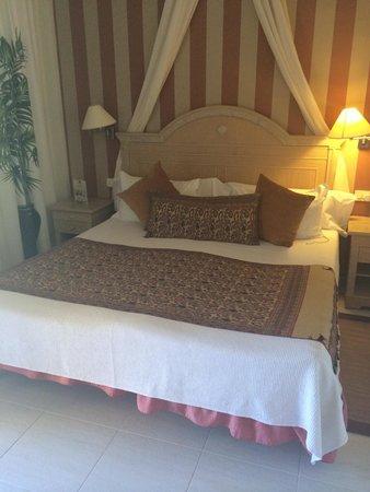 Green Garden Resort & Suites: Main bedroom, room 5. Very spacious. Own bathroom. 3 double wardrobes. Own garden. On the bottom