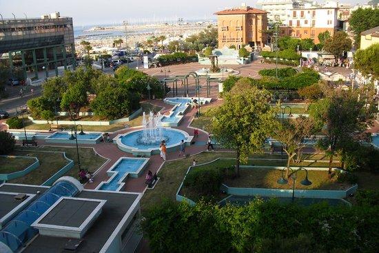 Hotel San Marco: vanaf balkon 3e verdieping uitzicht op plein en links ligt het strand.