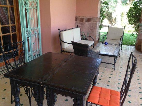 Dar Kantzaro: table repas exterieur