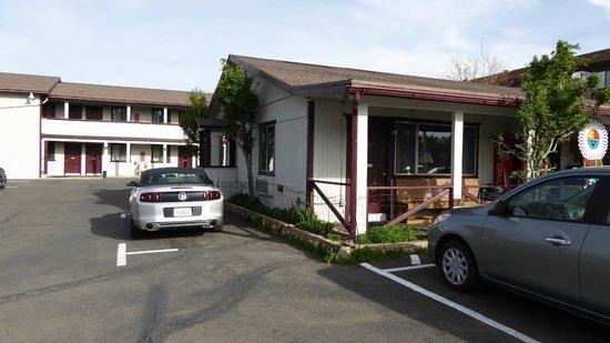 7 Mile Lodge: Chambre (20), derrière l'accueil, vue de l'extérieur