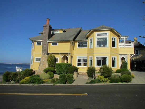 Seven Gables Inn : view of Beach House (Steinbeck room far right on second level)