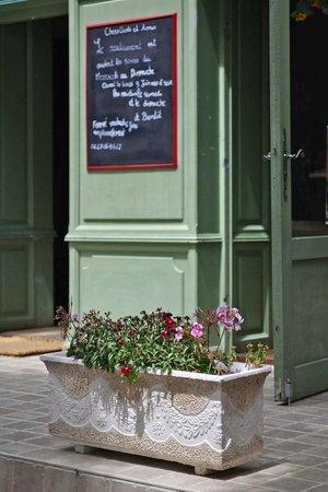 LE BOSSENS: Jolie décoration florale du restau