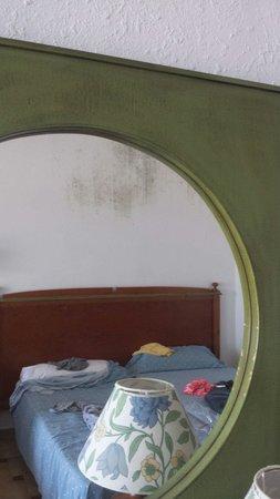 Hotel Son Baulo: Mouldy mirror