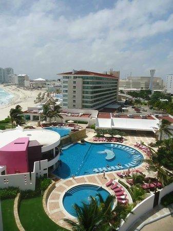 Krystal Grand Punta Cancun: Vista da orla e hotel