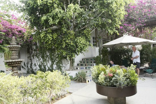 Los Milagros Hotel: The courtyard and our evening meeting place