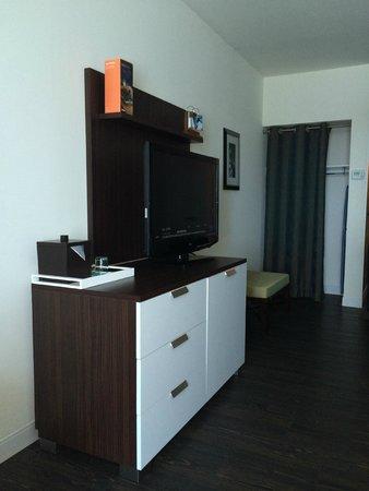 Hotel Indigo Waco - Baylor: Flat screen tv with mini-fridge hidden nicely below