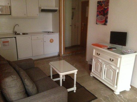 Aparthotel G3 Galeon: Sala con cocina y sofá