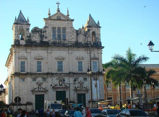 Basilica Cathedral : A igreja vista do Terreiro de Jesus (praça)