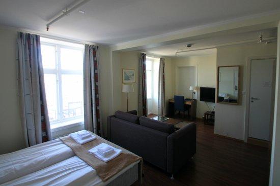 Victoria Hotel Kragero: De kamer met bank.