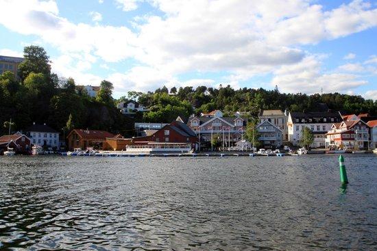 Victoria Hotel Kragero: Het hotel aan de overkant van het water (roze gebouw)