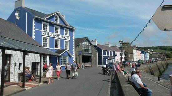 Harbourmaster Hotel: Harbourmaster with 3 Pen Cei (blue) next door