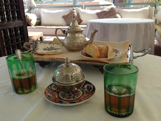Riad Kniza: Moroccan green mint tea service on the rooftop terrace.