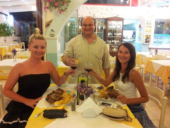 Nikos Fish Taverna: skål!