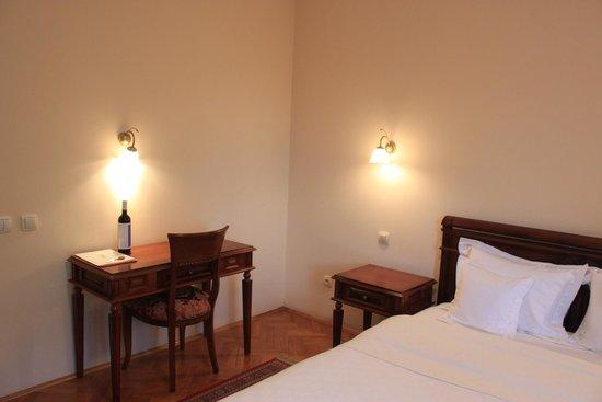 Garni Hotel Andjelika: Desk and bed
