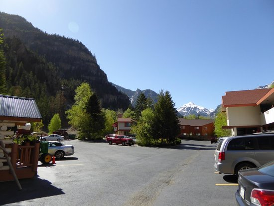 Hot Springs Inn: parking vue sur les montagnes