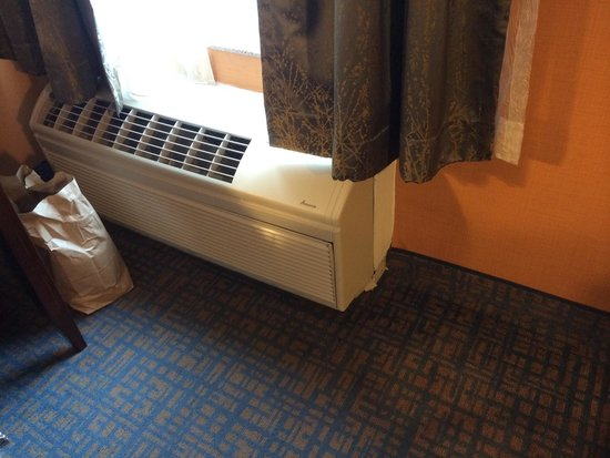 Hampton Inn & Suites Seattle Downtown: Desk is right next to wall unit air conditioner. Room is either too cold or to hot. Sitting at t