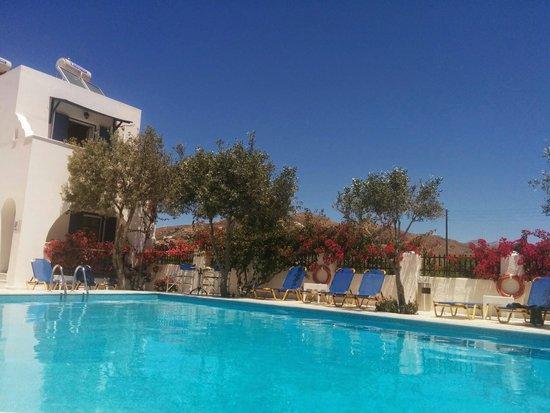 Ikaros Studios & Apartments : Blick über den pool auf die Berge