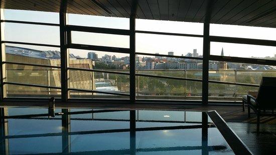 Grand Hyatt Berlin: Dalla piscina