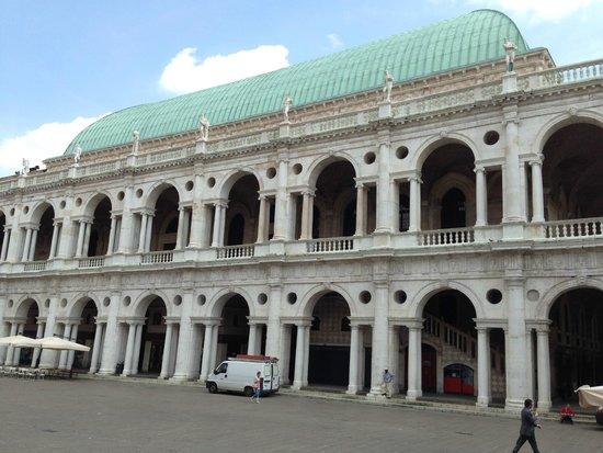 Basilica Palladiana : Facade from the Piazza dei Signori