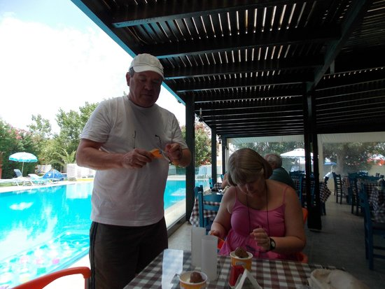 Rodos Star Hotel: afternoon ice creams by the pool!