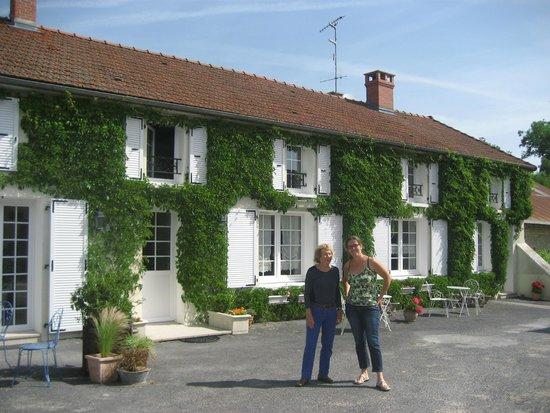 Au Pre du Moulin: Mi esposa junto a Valerie (a la derecha) frente al B&B
