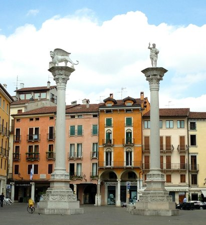 Piazza dei Signori : The two column at the entry of the piazza