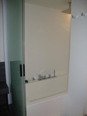 Hotel Olivia Balmes: Shower