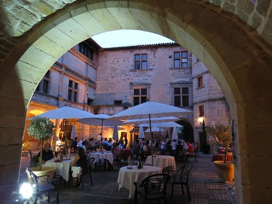 Chateau des Ducs de Joyeuse : Evening dining in the courtyard