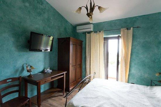 Stanza da letto: scrivania, armadio, tv e condizionatore ...