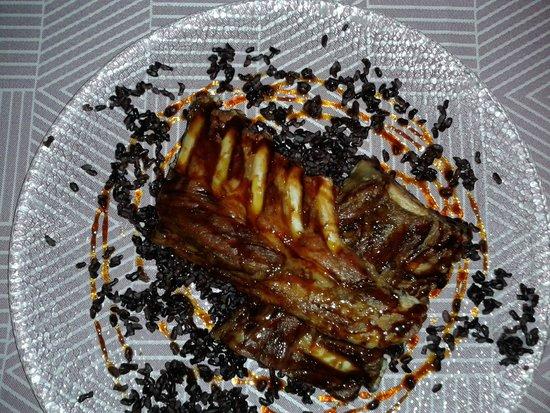 Hostal del Castell de Gimenelles : Costillas de cerdo ibérico a la miel de caña de azúcar y cama de arroz negro