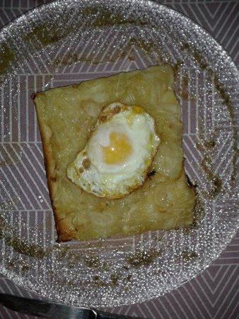 Hostal del Castell de Gimenelles: Coca de cebolla con huevo frito
