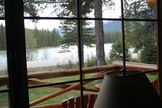 Alpine Village Cabin Resort - Jasper: Rafters floating down, watching from inside cabin