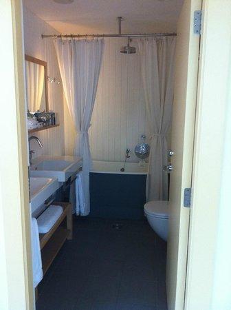 Boundary Rooms & Suites: Snyggt badrum