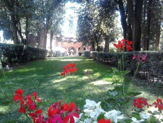Hotel Villa Pambuffetti: vista ingresso hotel dal giardino